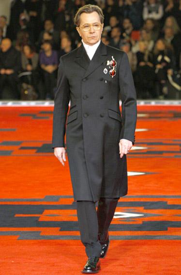 Gary Oldman desfila para Prada